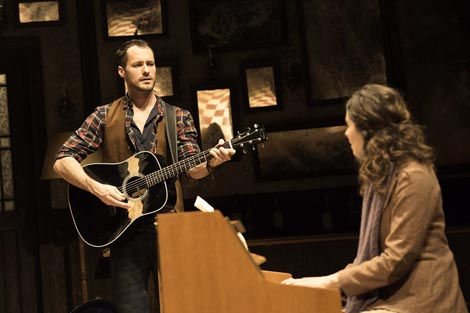 Declan Bennett (Guy) i Zrinka Cvitesic (Girl); Phoenix Theatre, London (West End): Ende Walsh – Glen Hansard & Markéta Irglovà, Once, red. John Tiffany, foto: Manuel Harlan